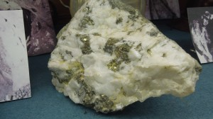 Quartz rock with embedded gold